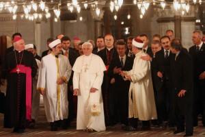 30 novembre 2006: Visite de Benoît XVI à la Mosquée Bleue accompagné par le grand mufti Mustafa CAGRICI (g), Ali BARDAKOGLU (d), directeur des affaires religieuses du gouvernement turc, et d'autres officiels de Turquie et du Vatican, Istanbul, Turquie.