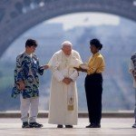 21 août 1997: Jean Paul II est accueilli par des jeunes d'ATD Quart Monde sur le Parvis des Droits de l'Homme, Paris (75), France.