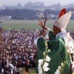 1989 : Le pape saluant la foule de jeunes lors des JMJ à Saint Jacques de Compostelle, Espagne.  1989 World Youth Day in Santiago de Compostela, Spain.