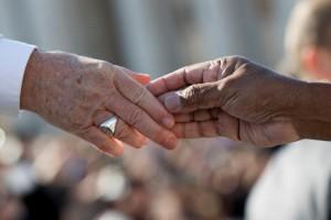 27 septembre 2017 : La main du pape François touchant la main d'un migrant, lors du l'audience générale sur la place Saint Pierre au Vatican. DIFFUSION PRESSE UNIQUEMENT. EDITORIAL USE ONLY. NOT FOR SALE FOR MARKETING OR ADVERTISING CAMPAIGNS. September 27, 2017: The hand of Pope Francis touching the hand of a migrant during his weekly general audience, at the Vatican.