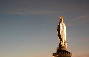 30 septembre 2014 : Statue de la Vierge érigée sur l'esplanade de la basilique Notre Dame du Rosaire. Lourdes, Hautes-Pyrénées (65), France. September 30, 2014: Holy Virgin's Statue. Lourdes, France.