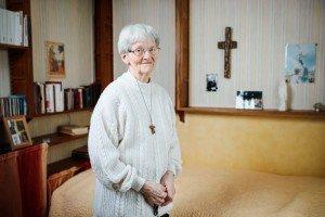 9 février 2018 : Sr Bernadette MORIAU, religieuse de la congrégation des Sœurs franciscaines Oblates du Sacré-Cœur de Jésus. Le 11 février 2018, l'Évêque de Beauvais, Noyon et Senlis, déclare le caractère miraculeux de la guérison de Sr Bernadette Moriau, née le 23 septembre 1939 dans le Nord de la France. Atteinte du syndrome de la queue de cheval - atteinte pluriradiculaire des racines lombaires et sacrées depuis 1987, elle guérit en juillet 2008 après avoir reçu le sacrement des malades lors du Pèlerinage de son diocèse à Lourdes. Le 18 novembre 2016 le CMIL (Comité Médical International de Lourdes) confirme le caractère imprévu, instantané, complet, durable et inexpliqué de la guérison. C'est la 70ème guérison de Lourdes reconnue miraculeuse. Dans sa chambre, Communauté des Sœurs franciscaines oblates du Sacré-Coeur, Bresle (60), France.9 février 2018 : Sr Bernadette MORIAU, religieuse de la congrégation des Sœurs franciscaines Oblates du Sacré-Cœur de Jésus. Le 11 février 2018, l'Évêque de Beauvais, Noyon et Senlis, déclare le caractère miraculeux de la guérison de Sr Bernadette Moriau, née le 23 septembre 1939 dans le Nord de la France. Atteinte du syndrome de la queue de cheval - atteinte pluriradiculaire des racines lombaires et sacrées depuis 1987, elle guérit en juillet 2008 après avoir reçu le sacrement des malades lors du Pèlerinage de son diocèse à Lourdes. Le 18 novembre 2016 le CMIL (Comité Médical International de Lourdes) confirme le caractère imprévu, instantané, complet, durable et inexpliqué de la guérison. C'est la 70ème guérison de Lourdes reconnue miraculeuse. Dans sa chambre, Communauté des Sœurs franciscaines oblates du Sacré-Coeur, Bresle (60), France.