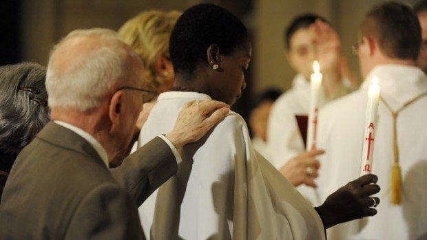 23 avril 2011: Bénédiction des baptisés, lors de la nuit de Pâques, paroisse Saint Ambroise, Paris (75), France.  April 23, 2011: Eastern vigil, parish Saint Ambroise, Paris (75), France.