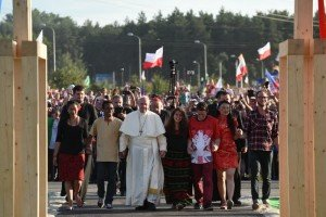 30 juillet 2016 : JMJ à Cracovie. Le pape François, accompagné de jeunes du monde entier, passe la reproduction de la Porte de la Miséricorde au Campus Misericordiae avant le début de la veillée de prière. Brzegi, Wieliczka, Pologne. July 30th, 2016: World Youth Day in Krakow. Before prayer vigil, Pope Francis passing throught the Door of Mercy with youg representatives different countries at Misericordiae Campus. Brzegi, Wieliczka, Poland.