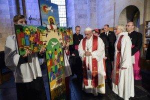 31 octobre 2016 : Voyage apostolique du pape François en Suède. Invité par la Fédération luthérienne mondiale, le pape participe à la commémoration commune de la Réforme à l'occasion de son 500e. Le pape François et Ante JACKELEN, Arch. de l'Eglise de Suède, lors de la prière œcuménique, dans la cathédrale luthérienne de Lund, Suède. DIFFUSION PRESSE UNIQUEMENT EDITORIAL USE ONLY. NOT FOR SALE FOR MARKETING OR ADVERTISING CAMPAIGNS. October 31, 2016: Pope Francis and the Lutheran Archbishop Ante JACKELEN, Primate of the Church of Sweden, looks at a painted cross as he arrives for an ecumenical prayer at Lund's Lutheran Cathedral in Sweden.