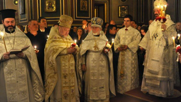 11 Avril 2015 : Vigile pascale (divine liturgie de Saint Basile le Grand) célébrée par Mgr JOB de TELMESSOS (à dr.) en la Cath. orthodoxe russe Alexandre Nevsky. Rue Daru,Paris. 75) France.  April 11th, 2015: Easter Vigil (Divine Liturgy of St Basil The Great) celebrated by Bishop JOB de TELMESSOS in Alexandre Nevsky Cath. Paris (75) France.