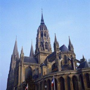 1995: Chevet du XIIIe s. et tour lanterne édifiée au XVe s. (couverture en cuivre du XIXe s.) de la Cathédrale Notre Dame, Bayeux, Calvados (14), Basse-Normandie, France.