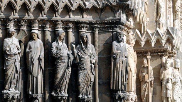 23 août 2011: L'Ange de l'Annonciation s'adressant à la Vierge; la visitation: la Vierge et sa cousine Ste Elisabeth. Sculptures réalisées v. 1245-1250. Ebrasement droit du portail central, façade occidentale de la Cathédrale Notre Dame de Reims. Marne (51), Champagne Ardenne, France.