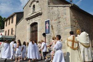 6 juin 2010 : Procession pour la fête Dieu appelée aussi Solennité du Saint Sacrement : paroisse et ville de La Farlède (83), France.