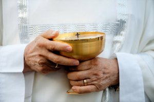 19 juin 2014 : Mains d'un prêtre tenant un ciboire lors de la messe en la solennité du Corpus Domini, Vatican, Rome, Italie. June 19, 2014: A priest holds a ciborium during the Corpus Domini Mass outside St. John at The Lateran Basilica to mark the feast of the Body and Blood of Christ in Rome, Italy.