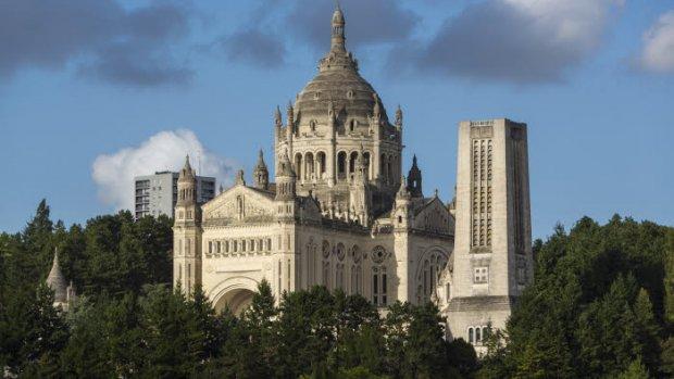15 août 2015 : Sanctuaire de Lisieux, Basilique Sainte Thérèse à Lisieux, Calvados (14), Normandie, France.  August 15th, 2015 : Sanctuary of Lisieux, Calvados, Normandy, France.