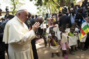 29 novembre 2015 : Voyage apostolique du pape François en Afrique. Le pape François saluant et bénissant des enfants à son arrivée au camp de réfugiés de Saint Sauveur à Bangui , République Centrafricaine. DIFFUSION PRESSE UNIQUEMENT EDITORIAL USE ONLY. NOT FOR SALE FOR MARKETING OR ADVERTISING CAMPAIGNS. November 29, 2015: Pope Francis visits the refugee camp of Saint Sauveur in Bangui, Central African Republic,