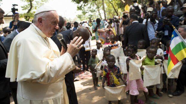 29 novembre 2015 : Voyage apostolique du pape François en Afrique. Le pape François saluant et bénissant des enfants à son arrivée au camp de réfugiés de Saint Sauveur à Bangui , République Centrafricaine. DIFFUSION PRESSE UNIQUEMENT  EDITORIAL USE ONLY. NOT FOR SALE FOR MARKETING OR ADVERTISING CAMPAIGNS. November 29, 2015: Pope Francis visits the refugee camp of Saint Sauveur in Bangui, Central African Republic,