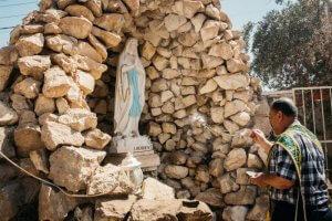 21 juillet 2017 : Dépot d'une statue de Notre de Lourdes offerte par l'Oeuvre d'Orient aux Chrétiens de la plaine de Ninive dans la cour de l'église Mar Gorgis (Saint Georges) à Bartella, village chrétien occupé par Daech durant trois ans et particulièrement marqué par les combats et les destructions. Bartella, Irak.