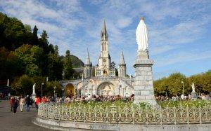30 septembre 2014 : Esplanade de la basilique Notre Dame du Rosaire et statue de la Vierge Marie. Lourdes, Hautes-Pyrénées (65), France. September 30, 2014: Sanctuary Esplanade, the Basilica of Our Lady of the Rosary. Lourdes, France.