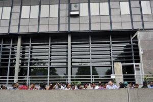 22 Juillet 2015 : L'accueil des étrangers à la Direction de l'immigration et de l'intégration de la Préfecture de Bobigny (Seine-Saint-Denis). Chaque jour des centaines d'étrangers attendent l'ouverture des bureaux à 8h30. Les premiers sont là dès 3 ou 4 h du matin pour être sûrs d'accéder au guichet afin de régler leurs démarches administratives : renouvellement de la carte de séjour, demande d'asile. Bobigny (93), France. July 22th,2015: Early morning, foreigners seeking asylum await the opening of the offices of the Prefecture of Bobigny (93) France.