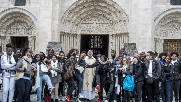24 avril 2016 : Envoi des jeunes du FRAT célébré en la basilique de Saint Denis par Mgr Pascal DELANNOY, év. de Saint-Denis. Saint Denis, (93), France.