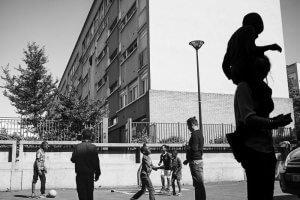 8 juin 2016 : Moment de détente entre le goûter et les cours de soutien scolaire dans la cour de l'association «Le Rocher Oasis des Cités». Cette association fondée à Bondy en l'an 2000 par Cyril TISSERAND possède aujourd'hui sept antennes réparties sur le territoire. Bondy (93), France.