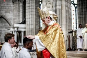 26 juin 2016 : Ordinations sacerdotales. Imposition des mains lors de la messe d'ordination de nouveaux prêtres, en la basilique cathédrale de Saint Denis (93), France.