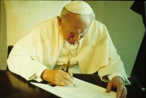 """ROME: PRESENTATION DE L'ENCYCLIQUE DE JEAN PAUL II """"EVANGELIUM VITAE"""" JEAN PAUL II PARAPHANT L'ENCYCLIQUE"""