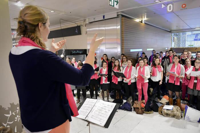 25 novembre 2017 : Evangélisation par le chant au centre commercial Montparnasse, lors de la 2e édition d'Ecclesia Cantic, rassemblement national des étudiants et jeunes professionnels autour du chant liturgique. Paris (75), France.