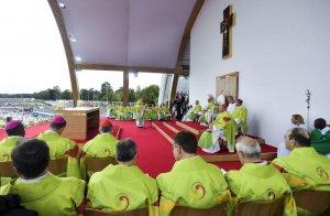 26 août 2018 : Messe de clôture de la Rencontre Mondiale des Familles, durant laquelle le pape François a récité une prière destinés aux « survivants d'abus de pouvoir, d'abus de conscience et d'abus sexuels » en Irlande. Phoenix Park à Dublin, Irlande. DIFFUSION PRESSE UNIQUEMENT. EDITORIAL USE ONLY. NOT FOR SALE FOR MARKETING OR ADVERTISING CAMPAIGNS. August 26, 2018 : Pope Francis attends the closing Mass at the World Meeting of Families. Dublin, Ireland.