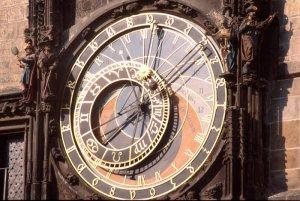 REPUBLIQUE TCHEQUE (EX TCHECOSLOVAQUIE) : PRAGUE: LE PONT CHARLES, EMBLEMES DE LA CAPITALE TCHEQUE - STATUE DE JEAN HUS (EVANGELISATEUR DE LA REGION), QUARTIERS TOURISTIQUES.