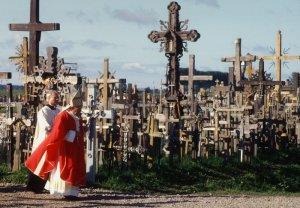 """05 septembre 1993: Visite de Jean Paul II à la """"Colline des Croix"""", sur les tombes des martyrs de l'indépendance, Vilnius, Lituanie, Europe."""