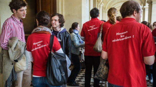 22 mai 2016 : Rassemblement diocésain des Hauts de Seine au séminaire Saint Sulpice, en vue de la préparation des journées mondiales de la jeunesse 2016 (JMJ). Des participants portent un tee-shirt JMJ aux couleurs de la Pologne. Issy-les-Moulineaux (92), France.