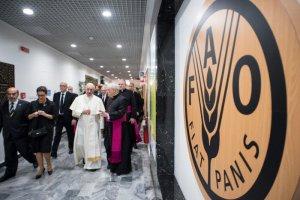 16 octobre 2017 : Le pape François visite le siège de l'Organisation des Nations Unies pour l'alimentation et l'agriculture (FAO) à l'occasion de la journée mondiale de l'alimentation, sur le thème «Changeons l'avenir des migrations : investissons dans la sécurité alimentaire et le développement rural». Rome, Italie. DIFFUSION PRESSE UNIQUEMENT. EDITORIAL USE ONLY. NOT FOR SALE FOR MARKETING OR ADVERTISING CAMPAIGNS. October 16, 2017: Pope Francis visits the United Nations Food and Agriculture Organization (FAO) on the occasion of the World Food Day. Rome, Italy.