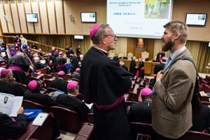 "4 octobre 2018 : Conversation entre un évêque et un jeune homme, lors du Synode des évêques dont le thème est : les jeunes, la foi et le discernement vocationnel. Salle du Synode, Vatican. October 4, 2018: A bishop speaks to a young man during a meeting of the Synod of Bishops on the theme ""Young people, faith and vocational discernment"" at the New Hall of the Synod in the Vatican."