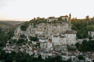 19 août 2018 : Rocamadourest unecommunedu sud-ouest de laFrance, située dans ledépartementduLot, enrégion Occitanie. Elle appartient à la micro-région touristique de laVallée de la Dordogne. Au cœur duHaut-Quercy, comme accrochée à une falaise dominant de 150mètres une vallée encaissée, cettecité marialeest un lieu de pèlerinage réputé depuis leXIIesiècle, les pèlerins venant y vénérer laVierge Noireet le tombeau desaint Amadour. Rocamadour (46), France.