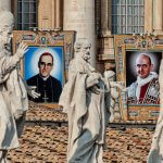 14 octobre 2018 : Portraits des Saint Oscar ROMERO, archevêque de San Salvador, assassiné en pleine messe (g) et Saint PAUL VI (d), accrochés sur la façade de la basilique Saint Pierre, Lors de la messe de canonisation. Vatican.  October 14, 2018: Portrait of Saint Oscar ROMERO and Saint PAUL VI (R) between the statues of the Braccio Carlo Magno during the Mass of Canonization of seven Saints, including Saint Pope Paul VI and San Oscar Romero. Saint Peter's Square at the Vatican.