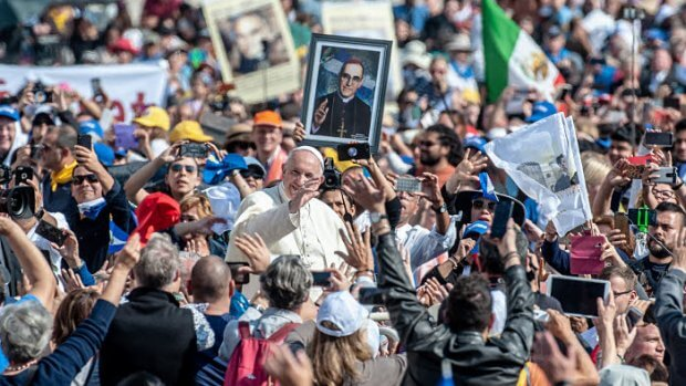 14 octobre 2018 : Le pape François salue la foule de fidèles à l'issue de lamesse de canonisation de sept saints, dont Mgr Oscar ROMERO, célébrée sur la place Saint Pierre au Vatican.  October 14, 2018: Pope Francis greet the crowd of faithful at the end of the Mass of Canonization of seven Saints, including Saint Oscar ROMERO. Saint Peter's Square at the Vatican.