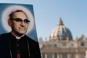 13 octobre 2018 : Portraits de Saint Oscar ROMERO, archevêque de San Salvador, assassiné en pleine messe devant la basilique Saint Pierre, Lors de la messe de canonisation au Vatican. October 13, 2018: Portrait of Saint Oscar ROMERO in front of St Peter's Basilica during the canonization at the Vatican.
