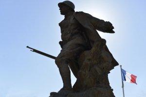 20 mars 2014 : Statue commémorative de la Grande Guerre 1914-1918. Charenton-le-Pont (94), France. March 20, 2014: Commemorative statue of the Great War (1914-1918), Charenton-le-Pont (94), France.