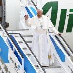 12 mai 2017 : Voyage apostolique du pape François à Fatima. Le pape saluant alors qu'il descend d'avion à son arrivée sur la base aérienne de Monte Real à Leiria au Portugal.  May 12, 2017 : Pope Francis waves as he disembarked from the plane at Monte Real Air Base in Leiria, Portugal.