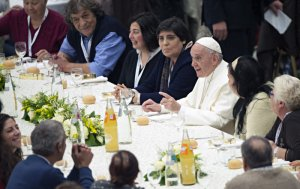 19 novembre 2017 : Pour la première « Journée mondiale des pauvres » le pape François déjeune avec quelque 1500 personnes démunies, dans la salle Paul VI au Vatican. November 19, 2017: Pope Francis has lunch with the poor following a special mass to mark the new World Day of the Poor in Paul VI's hall at the Vatican.