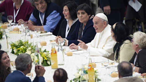19 novembre 2017 : Pour la première « Journée mondiale des pauvres » le pape François déjeune avec quelque 1500 personnes démunies, dans la salle Paul VI au Vatican.  November 19, 2017: Pope Francis has lunch with the poor following a special mass to mark the new World Day of the Poor in Paul VI's hall at the Vatican.