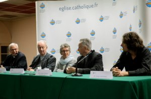 3 novembre 2018 : Les évêques de France ont accueilli pour la première fois une dizaine de victimes de prêtres pédophiles. De gauche à droite Mgr Antoine HEROUARD, évêque auxiliaire de Lille, Mgr Luc CREPY, évêque du Puy-en-Velay et président de la Cellule permanente de lutte contre la pédophilie, Véronique GARNIER, l'une des victimes, Mgr Georges PONTIER, archevêque de Marseille et Pdt de la Conférence épiscopale, et Olivier SAGINAC, autre victime, lors de la conférence de presse donnée à l'issue de cette rencontre, Lourdes (65), France.