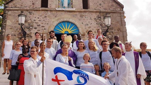 Le groupe des JMJ à la voie après une messe avec Mgr Riocreux en Guadeloupe.