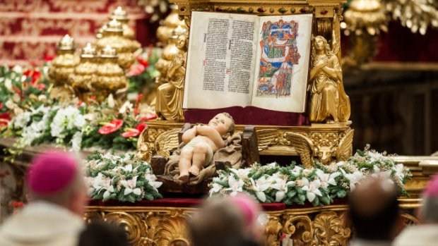 24 décembre 2016 : Statue de l'Enfant Jésus lors de la messe de Noël célébrée en la basilique Saint Pierre, au Vatican, Rome, Italie.  December 24, 2016: Statue of Baby Jesus during the Christmas Eve Mass, celebrated in St. Peter's Basilica at the Vatican.