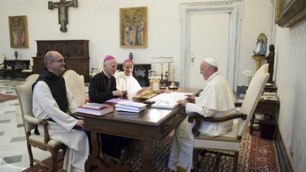 1er septembre 2017 : Le pape François reçoit en audience privée, Mgr Paul DESFARGES, archevêque d'Alger (c), Mgr Jean-Paul VESCO, évêque dominicain d'Oran (d), et le P. Thomas GEORGEON, moine trappiste, postulateur (g) venus défendre la cause en béatification des 19 catholiques assassinés en Algérie au cours des années 90. Vatican. DIFFUSION PRESSE UNIQUEMENT.