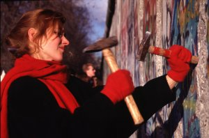 ALLEMAGNE : BERLIN: LA DESTRUCTION DU MUR SEPARANT BERLIN EST ET BERLIN OUEST