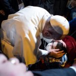 19 janvier 2018 : Le pape François bénissant un enfant malade à son arrivée à la nonciature. Lima, Pérou. DIFFUSION PRESSE UNIQUEMENT.  EDITORIAL USE ONLY. NOT FOR SALE FOR MARKETING OR ADVERTISING CAMPAIGNS. January 19, 2018: Pope Francis blesses a child at the Apostolic nunciature of the Holy See in Lima, Peru.