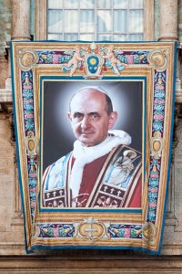 12 octobre 2018 : Portrait du Bienheureux Paul VI accroché sur la façade de la basilique Saint Pierre, en vue de sa canonisation. Vatican. October 12, 2018: Portrait of Blessed Paul VI on the facade of St. Peter's Basilica, on the occasion of his canonization. Vatican.