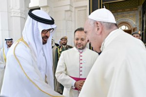 4 février 2019 : Visite officielle du pape François au prince Mohammed ben Zayed ben Sultan, prince héritier et ministre de la défense d'Abu Dhabi. Abu Dhabi, Emirats arabes unis. DIFFUSION PRESSE UNIQUEMENT. EDITORIAL USE ONLY. NOT FOR SALE FOR MARKETING OR ADVERTISING CAMPAIGNS. February 4, 2019 : Pope Francis during the official visit to the Crown Prince, His Highness Sheikh Mohammed bin Zayed Al Nahyan, at the Abu Dhabi Presidential Palace, United Arab Emirates.