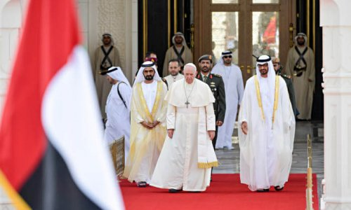 4 février 2019 : Le pape François lors de la cérémonie de bienvenue à l'entrée du Palais présidentiel. Le Pape est entouré du prince Mohammed ben Zayed ben Sultan (d), prince héritier et ministre de la défense d'Abu Dhabi et Cheikh Mohammed ben Rachid Al Maktoum. Abu Dhabi, Emirats arabes unis. DIFFUSION PRESSE UNIQUEMENT.  EDITORIAL USE ONLY. NOT FOR SALE FOR MARKETING OR ADVERTISING CAMPAIGNS. February 4, 2019 : Pope Francis, stands at the palace entrance, flanked by Crown Prince Sheikh Mohammed bin Zayed Al Nahyan, right, and Sheikh Mohammed bin Rashid al Maktoum, left, on the occasion of an official welcome ceremony at the Presidential Palace, in Abu Dhabi, United Arab Emirates.