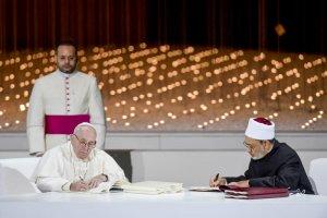 """4 février 2019 : Le pape François et cheikh Ahmed AL TAYEB, grand imam sunnite de l'institut égyptien Al-Azhar, signent une déclaration commune sur la """"fraternité humaine"""" à l'issue de la conférence internationale avec des dignitaires religieux chrétiens, musulmans et juifs, réunis au Mémorial du fondateur à Abou Dhabi aux Emirats arabes unis. DIFFUSION PRESSE UNIQUEMENT. EDITORIAL USE ONLY. NOT FOR SALE FOR MARKETING OR ADVERTISING CAMPAIGNS. February 4, 2019 : Pope Francis and Sheikh Ahmed el-Tayeb, the grand imam of Egypt's Al-Azhar, sign a declaration after an Interreligious meeting at the Founder's Memorial in Abu Dhabi, United Arab Emirates."""