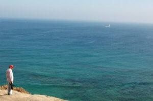 Ao¿t 2007 : un Marocain contemple le détroit de Gibraltar depuis Tanger, Maroc, Afrique du Nord. August 2007 : A Moroccan man is watching on the Strait of Gibraltar from the cliff of Tangier, Morocco, Afrique du Nord.